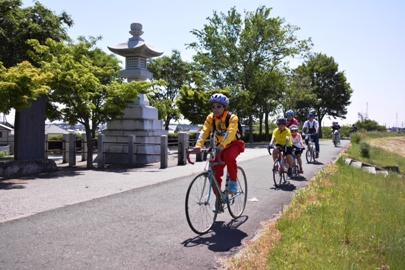 『利根渡良瀬サイクリングコースを子供達がサイクリングしている画像です。』の画像