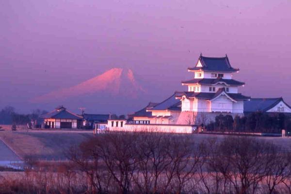 『富士山と城と川の写真です。』の画像