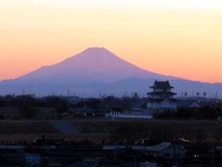 『庁舎の屋上から撮影した富士山の写真です。』の画像