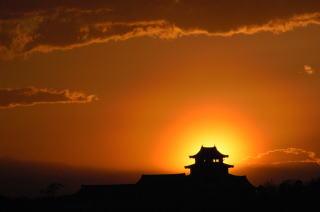 『関宿城と夕日の写真です。』の画像