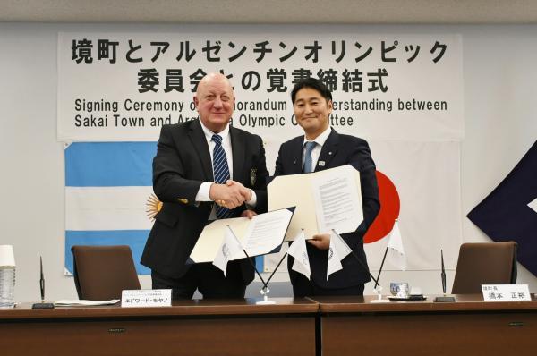 『境町長とアルゼンチンオリンピック委員会 エドワード・モヤノ氏との握手の様子』の画像